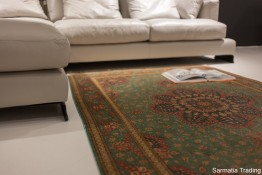 Luksusowy dywan jedwabny Ghom w nowoczesnym wnętrzu.