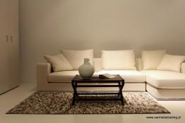 Skórzany dywan patchwork w nowoczesnym wnętrzu.